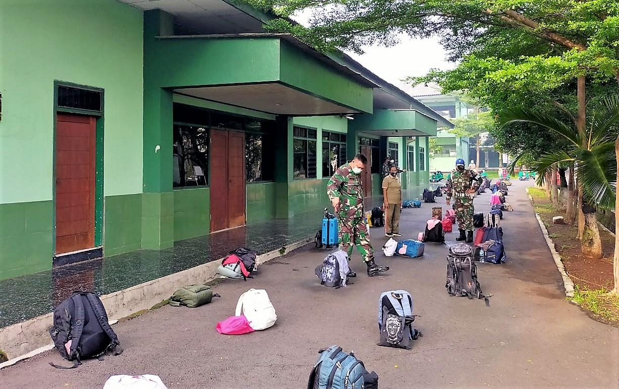 Penyemprotan disinfektan pada perlengkapan yang dibawa peserta PKKM di Rindam Jaya